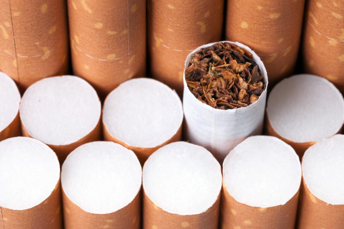 pružajući mu pušenje